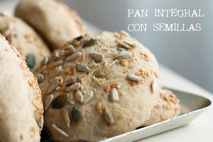 El pan que os presento hoy es un pan integral con semillas perfecto para el desayuno, te llena de energía. Queda genial tanto con dulce y como con salado.