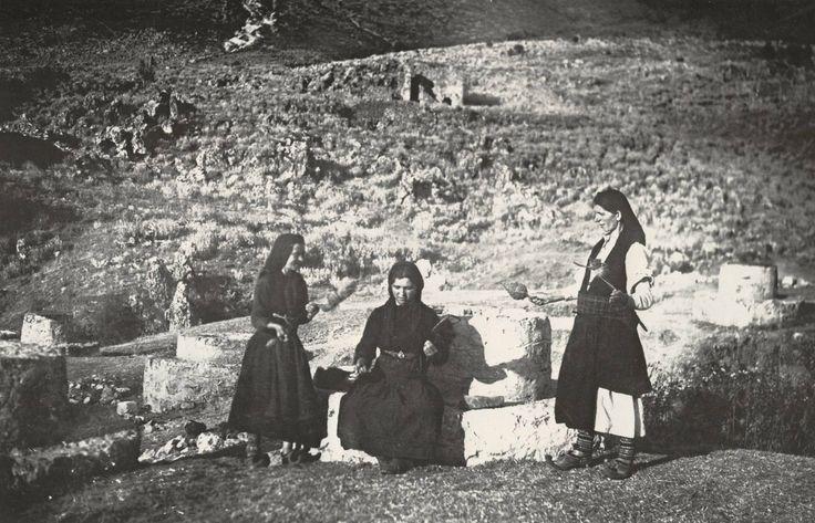 Σούλι 1937.Γυναίκες γνέθουν καθισμένες πάνω σε ένα από τα εναπομείναντα 400 πηγάδια του καθαγιασμένου και ρημαγμένου τόπου φωτ Σπύρος Μελετζής
