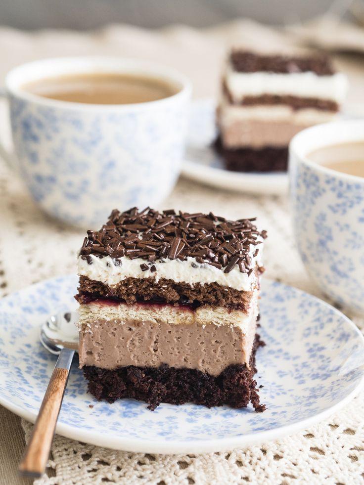 Ciasto, obok którego nie sposób przejść obojętnie. Kakaowy biszkopt, krem budyniowy z dodatkiem Nutelli i dwa rodzaje herbatników przełożonych konfiturą porzeczkową. Do tego bita śmietana i czekoladowa posypka. Wszystkie warstwy razem tworzą niepowtarzalną w smaku Kubankę. Smacznego! :)