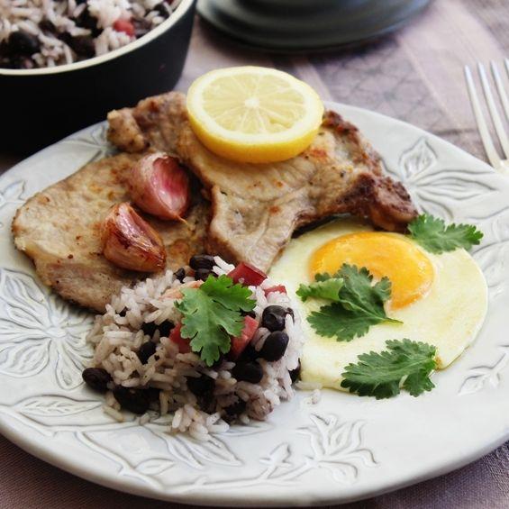Costeleta de porco com arroz de feijao preto