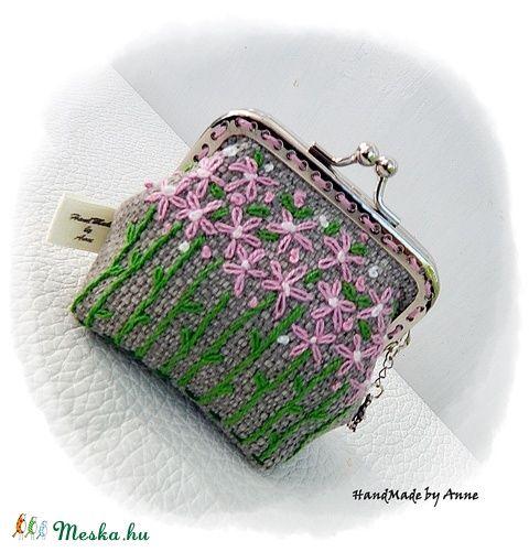 Rózsaszín nefelejcsek - hímzett tavaszi, keretes pénztárca, csatos tárca (annetextil) - Meska.hu