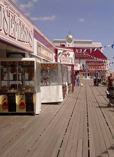 GREAT YARMOUTH PIER. THE HOKEY POKEY MAN AND AN INSANE HAWKER OF FISH BY CONNIE DURAND. AVAILABLE ON AMAZON KINDLE