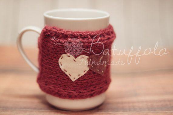 Copri tazza - mug fatto a maglia cono lana rossa e cuori in feltro rosso-bianco