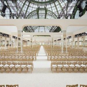 Karl Lagerfeld představil pro CHANEL ready-to-wear kolekci na podzim – zima 2016/17 a samozřejmě opět v Grand Palais. Hvězdou byla dcera Willa Smitha WILLOW SMITH, nechyběli PHARRELL WILLIAMS, INÈS DE LA FRESSANGE, CAROLINE DE MAIGRET a malý Hudson Kroenig. Klasický CHANEL jako od Coco s hustě vrstvenými perlami je zpět. Zbožňuji Chanel a Karla!