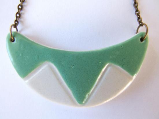 Collar realizado en arcilla blanca.  Decorado con engobes y esmaltado. Tamaño de la pieza 6 x 2 cm. Largo del collar 24 cm.