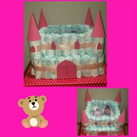 Tarta con casi 100 pañales en forma de Castillo para darle la bienvenida a una Princesa! Dentro, una cajita de mimbre, un set de baño Jonshon y toallitas!