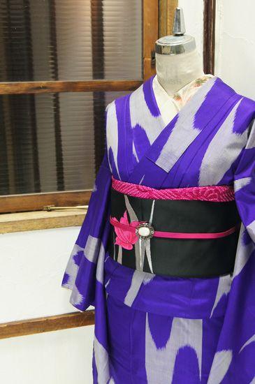 深く美しい青紫色の地に、大胆に浮かび上がる壺垂れ風の絣模様が印象的な銘仙袷着物です。
