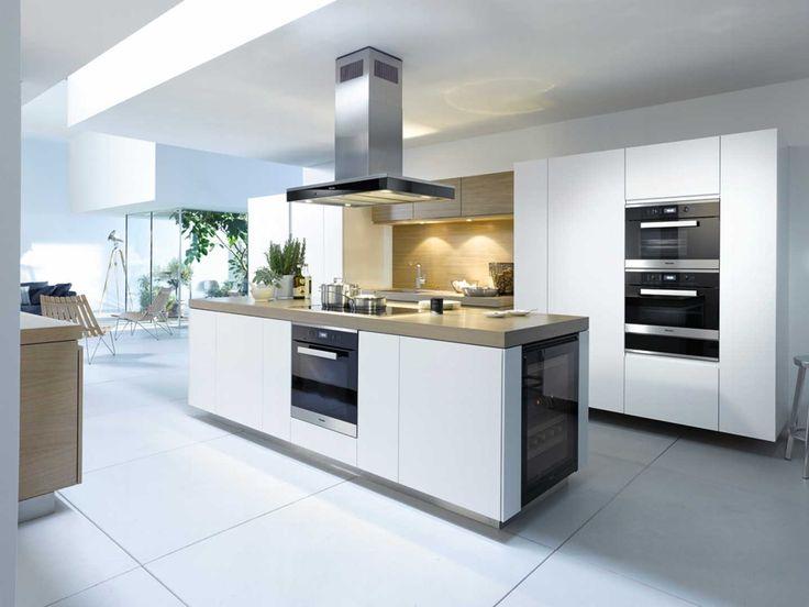 Katso kuva vaaleasta, modernista keittiöstä. Klikkaa kuvaa, niin näet tuotteiden tiedot ja ostopaikat!
