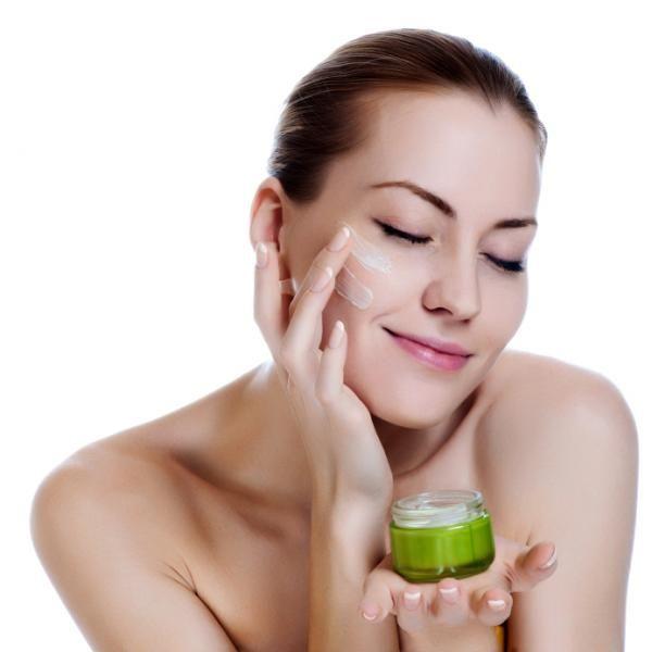 Una buena hidratación facial es muy importante para tu rutina diaria. Para saber el kit de maquillaje imprescindible no te pierdas nuestro post. #crema #hidratante #facial #kit #maquillaje #esencial