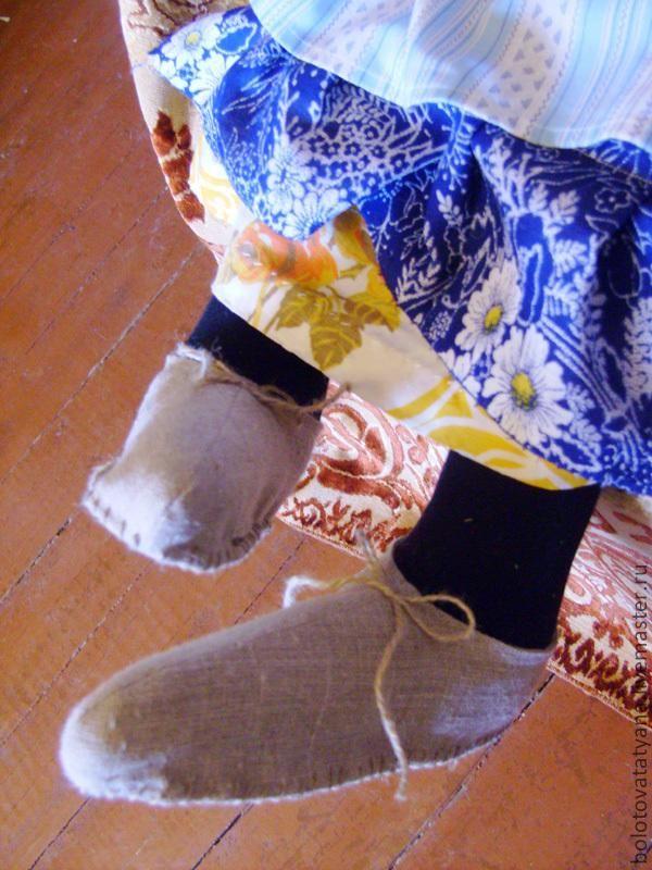 Добрый день всем! Это даже не мастер-класс, наверное, а все-таки больше фото-руководство - как изготавливалась текстильная игрушка Баба Яга. Заказ пришел очень интересный: сделать ДОБРУЮ Бабу Ягу, которая будет сидеть на окне первого этажа и показывать все проходящим (конечно только тем, кто заглядывает в окна) фигушку... :-) Первым этапом в работе был поиск прототипа, и вообще - посмотреть какие Бабушки вообще бывают.