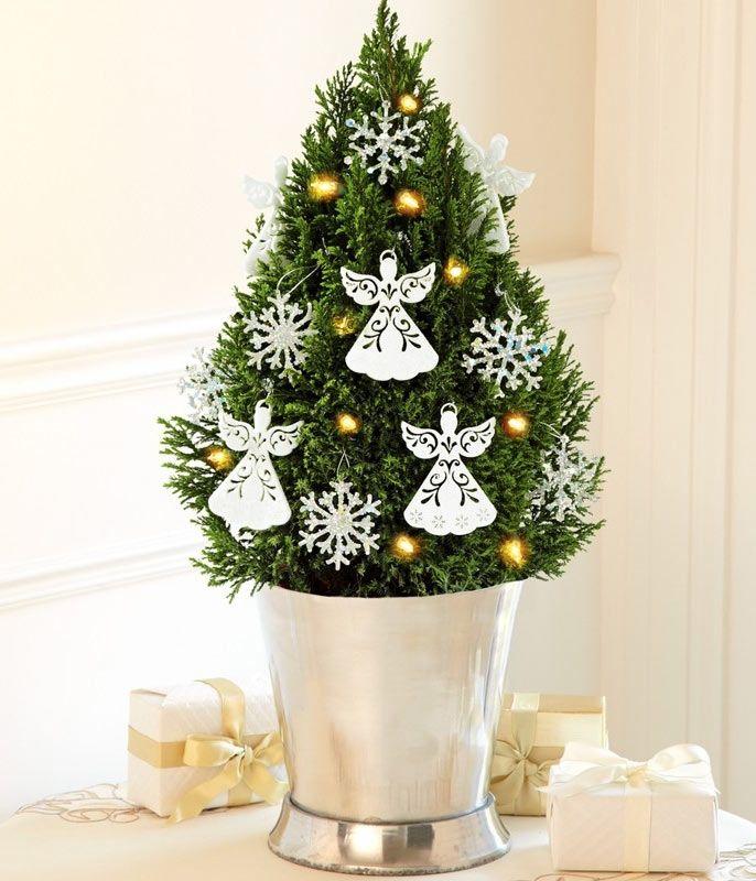 красивое украшение маленькой елки