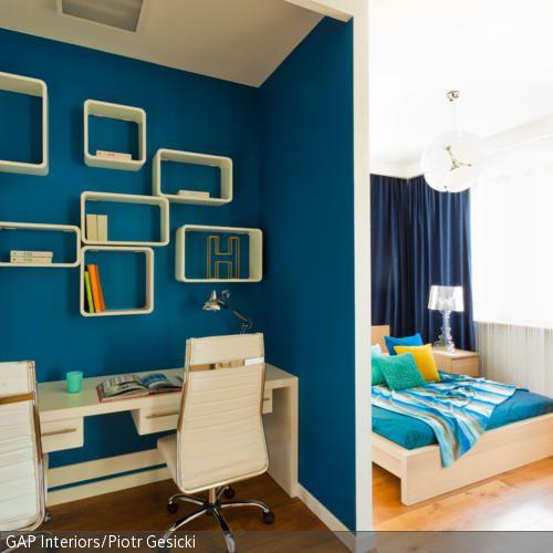Damit der Arbeitsplatz zu einem Ort wird, an dem man sich konzentrieren kann, machen Raumteiler und eine eigene Farbgebung Sinn... - mehr auf roomido.com