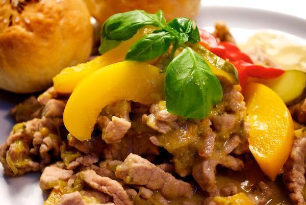 Recept: Balatonská špecialita | Nebíčko v papuľke500g bravčového mäsa (Orech) 3 lyžice masti 3 ks zaváraných uhoriek štipľavá paprika (podľa chuti) 3 PL horčice 1ks broskyne