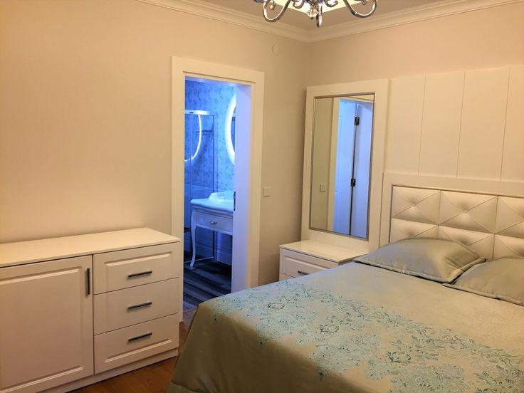 #modern yatak odası #şık #özel tasarım #avangart yatak odası dekorasyonu #ferah #rahat #soyunma odası #avize modelleri #makyaj masası #soyunma odası #klasik #deri yatak başı #beyaz yatak odası #makyaj masası #turkuaz yatak örtüsü