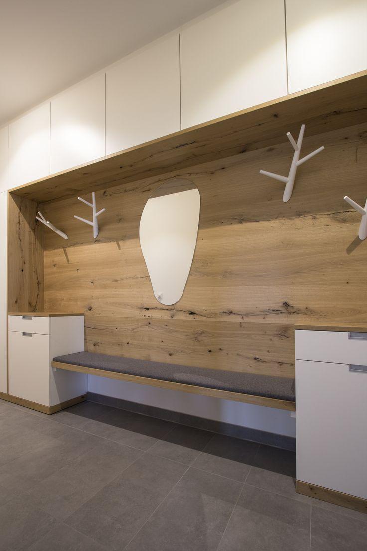 Garderobenverbau mit sehr viel Stauraum, gefertigt in unserer Tischlerei. Sitzbank mit Lodenstoff. Weiß kombiniert mit Eiche Altholz.