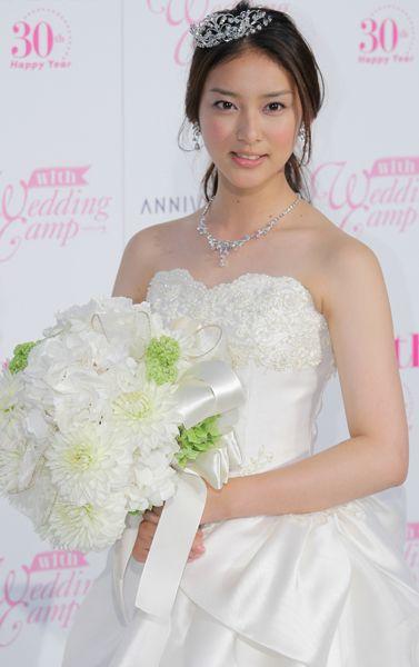 女優の武井咲さんが、初めてのウエディングドレス姿を報道陣に披露した。この日は、女性誌のイベントにゲスト出演。「17歳でウエディングドレスが着れるとは思いませんでした」と感激していた(東京・豊洲)(2011年06月22日) 【撮影=落水浩樹】 ▼時事通信|17歳の花嫁 プレミアム写真館 2011年06月 http://www.jiji.com/jc/pp?d=pp_2011p=201106-photo268 #Emi_Takei