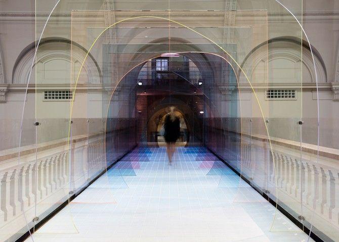 """Mise-en-abyme"""" est une installation créée par les designers basés à Londres, Laetitia de Allegri et Matteo Fogale pour le V&A Muséum, à l'occasion du London Design Festival.  Ces parois teintées en acrylique transparent invitent les visiteurs à traverser le pont qui sépare la galerie médiévale, de la galerie renaissance. Cette installation fonctionne comme un passage, une allégorie temporelle. Présente mais à la fois discrète, « Mise-en-abyme » s'adapte parfaitement au lieu..."""