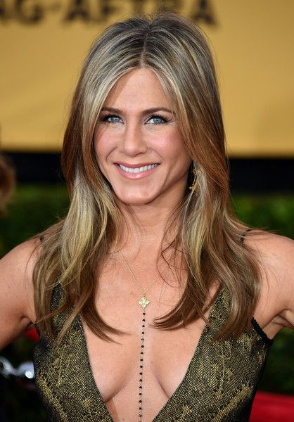 Long Hair Ideas - Jennifer Aniston sported an effortlessly stylish center-parted 'do at the SAG Awards.