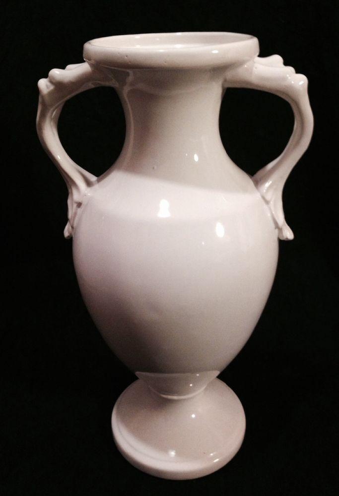 Superbo vaso di ceramica in stile tardo-Liberty. Non sono stata in grado di attribuirne la provenienza, tuttavia ritengo sia stato manufatto in Francia. Forma sinuosa con bracci decorati che ne impreziosiscono la figura. È alto 33 centimetri ed è di un bianco abbagliante. Non presenta difetti. Si tratta di un vaso che non deve mancare nella vostra collezione. Invito gli interessati a scrivermi a prescindere che la trattativa vada o meno a buon fine.
