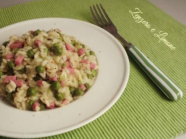 Il risotto piselli e prosciutto cotto è un primo piatto cremoso, delicato e appetitoso. Adatto ad una cena in famiglia, piacerà molto anche ai bambini