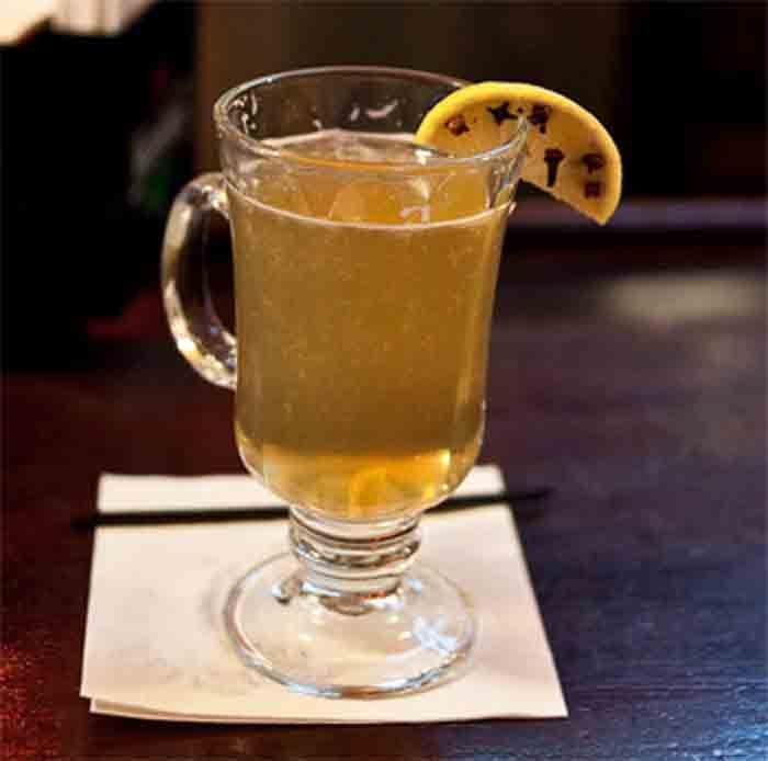 Este chá tem ainda o poder de aliviar a tosse e acalmar a garganta, que são sintomas comuns num estado gripal. Alivia ainda a garganta em caso de amigdalite. Ingredientes 5 cravos da Índia 2 paus de canela 1 colher de sopa de mel sumo de meio limão Numa panela …</p>