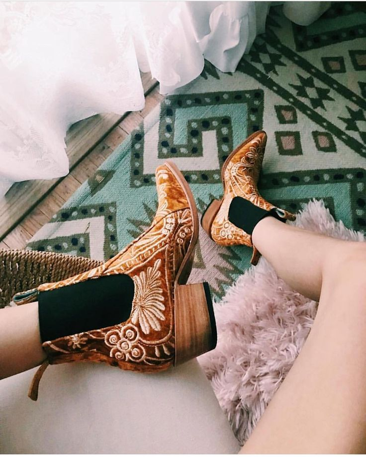 Now this is how you do Monday 🙌🏽 @whimsical_encounters in the @pskaufman x @lenni_thelabel Western Boot 💕 #taptoshop