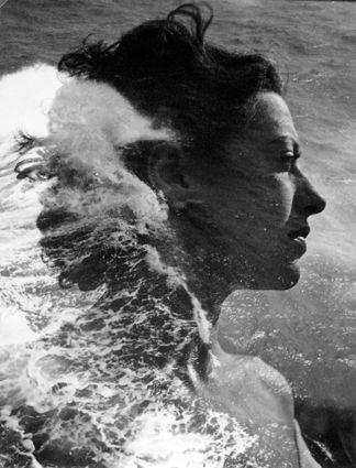 Pierre BOUCHER (1908-2000) Surimpression : portrait à la vague, 1936-1938. Épreuve gélatino-argentique d'époque. Cachet du photographe au do...