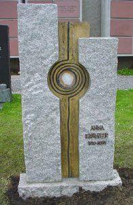 moderner Grabstein rustikal aus hellem Granit mit Lebenspirale und Achatscheibe