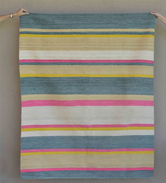 Alfombra o carpeta tejida en telar de peine con lana pura de oveja hilada con rueca y teñida a mano. Medidas 130 x 180