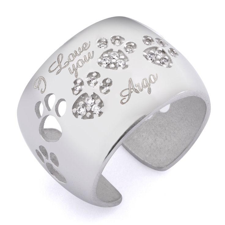 Incidi il suo nome!!! Questo #anello gatto in argento il simbolo del legame prezioso con il vostro amico a quattro zampe. Puoi incidere il nome del tuo peloso o ciò che desideri grazie al servizio incisione. Gioiello artigianale in argento 925/1000, è disponibile nei colori argento e nero. Personalizzato con le impronte di #gatto, le zampine centrali sono impreziosite da luminosissimi# zirconi. Completo di garanzia e da una simpatica confezione omaggio. #Collezione_i_cuccioli.