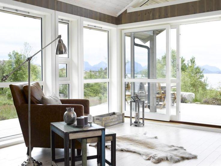 UT MOT NATUREN: De store vinduene åpner opp mot det flotte landskapet utenfor. De røffe skinnstolene er fra Bohus. Bordene er fra Kremmerhuset.
