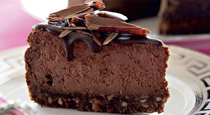 Шоколадно-творожный чизкейк*ИНГРЕДИЕНТЫ Для начинки:  300 г темного шоколада (70% какао) 500 г жирного творога 1,5 стакана сахара 4 больших яйца 2 ст. л. какао-порошка Для основы:  300 г шоколадных вафель 1 ст. л. сахара 50 г сливочного масла Для украшения:  3/4 стакана сливок жирностью 22% 180 г темного шоколада (70% какао) 1 ст. л. сахара