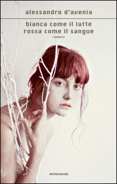 """""""Bianca come il latte, rossa come il sangue"""" è l'emozionante romanzo d'esordio di Alessandro D'Avenia che racconta, attraverso il monologo del giovane protagonista, cosa accade quando nella vita di un adolescente fanno irruzione la sofferenza, lo sgomento e l'amore."""