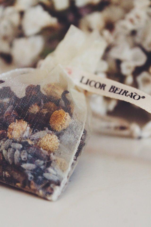 E para acompanhar as miniaturas e intensificar o aroma do amor, existem também saquinhos em organza recheados com algumas das treze ervas aromáticas usadas na própria produção do licor.