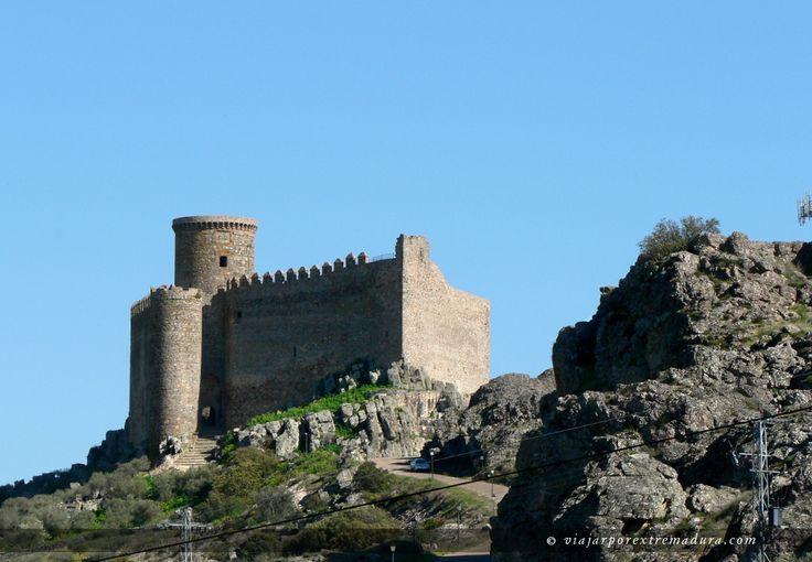 CASTLES OF SPAIN - Castillo de Puebla de Alcocer, o Castillo de Alcocer, es una imponente fortaleza levantada durante el siglo XII-XIII, remodelada en el siglo XV por don Gutierre de Sotomayor que fue señor del castillo y de territorios de Puebla de Alcocer, señor de Alconchel y de Gahete, y maestre de la Orden de Alcántara. Se encuentra en el término municipal de Puebla de Alcocer, en la provincia de Badajoz, Extremadura, en la Comarca de La Siberia extremeña.