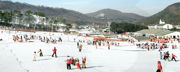 Ski Resorts in Korea | Official Korea Tourism Organization. Located in Icheon-si City, Gyeonggi-do, Jisan Forest Resort is only 40 minutes away from Gangnam to the south of Seoul, meaning that visitors can make a day trip out to this beautiful ski resort. There are seven main ski slopes and 3 sub-slopes, all of which are open to both skiers and snowboarders. Even though this particular resort is on the smaller side, it is packed with convenient facilities at inexpensive prices.