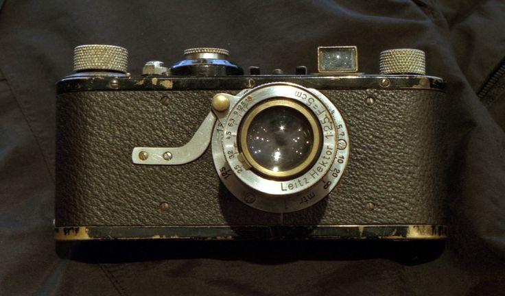 © Double Expo (88 Bvd Beaumarchais, 75011 Paris)  À partir de 1914, Oskar Barnack met au point pour Leica le premier appareil utilisant le film 35 mm, jusqu'alors utilisé uniquement par le cinéma, au format 24 x 36 mm.