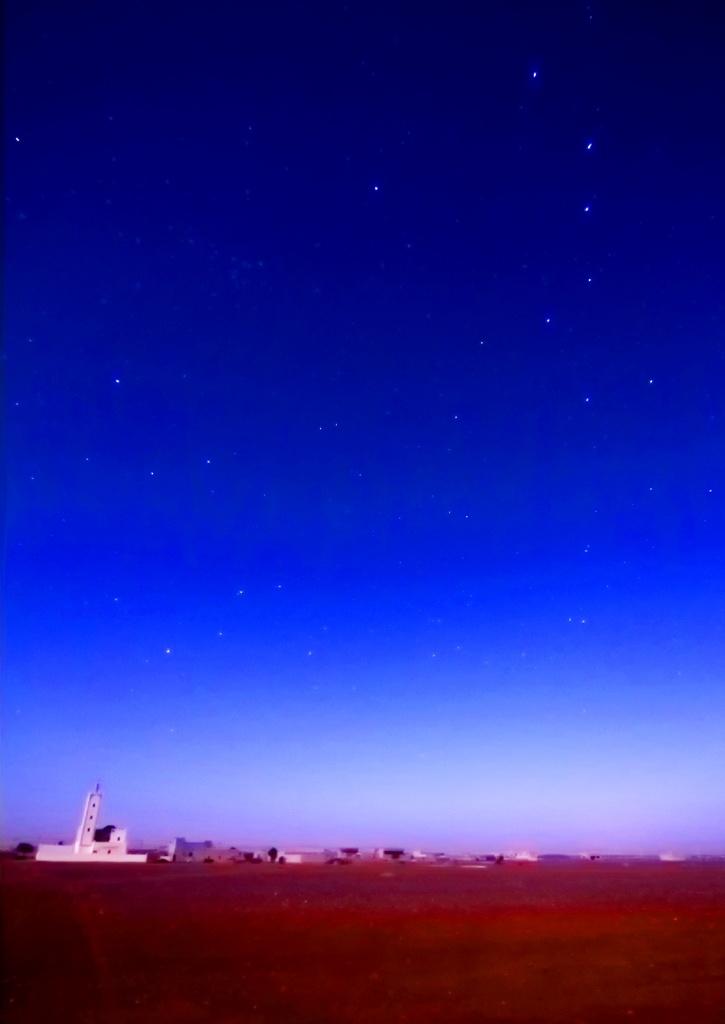 Il Leone tramonta sul tetto di questo minareto, in alto a destra anche il Grande Carro.