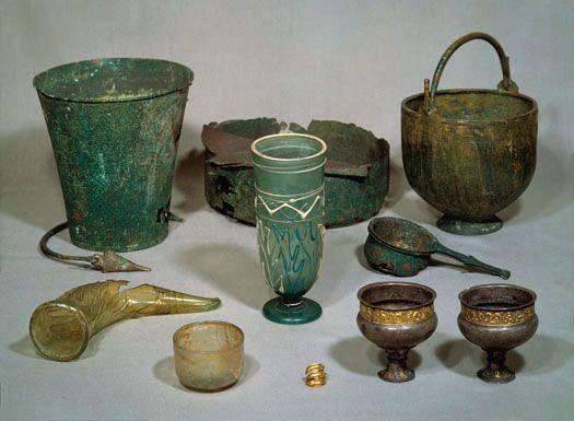 Nye magthavere. Disse genstande fundet ved grusgravning i Himlingøje i 1828, kan du se i rum 19. Bronzekarrene og glassene er import fra Romerriget, mens sølvbægrene og ormehovedfingerringen af guld er fremstillet lokalt.