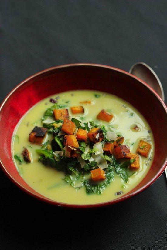 Herrliche und schnell gemachte Suppe, ähnlich einem Linsen-Dal. Dazu das köstlichste Topping aus Süßkartoffeln und Kokosflocken.