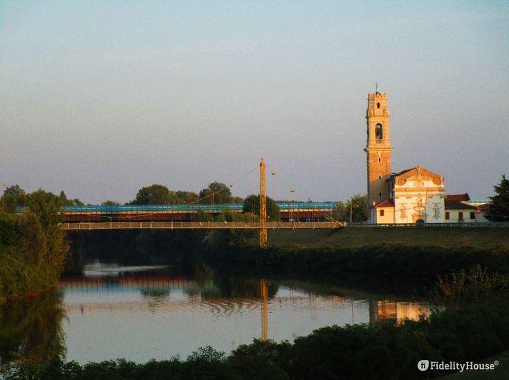 Lo scatto è stato fatto dall'argine del fiume Brenta, al centro della foto la passerella che permette ai pedoni di attraversarlo.