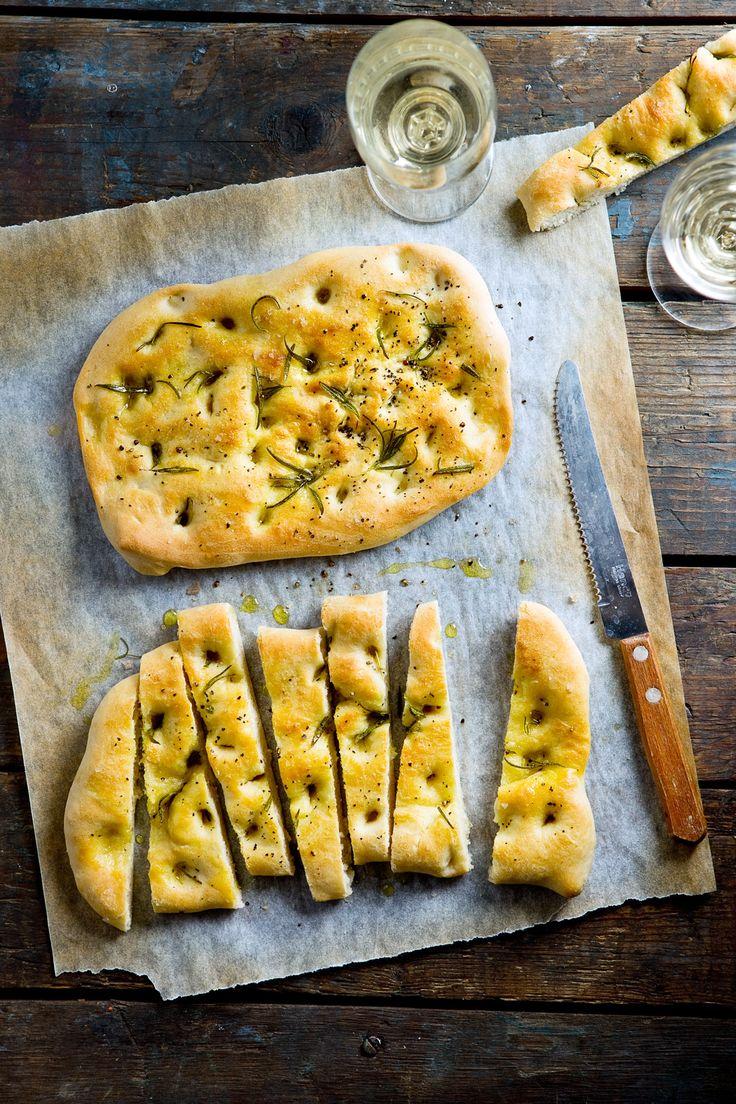 Focaccia met rozemarijn, deliziosa! Een Italiaanse topper die je graag op tafel wil. Foodieskok Willem laat stap-voor-stap zien hoe!