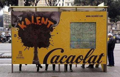 Una parada de autobús de Barcelona que desprende aroma a Cacaolat - Noticia - Gran Consumo - MarketingNews.es