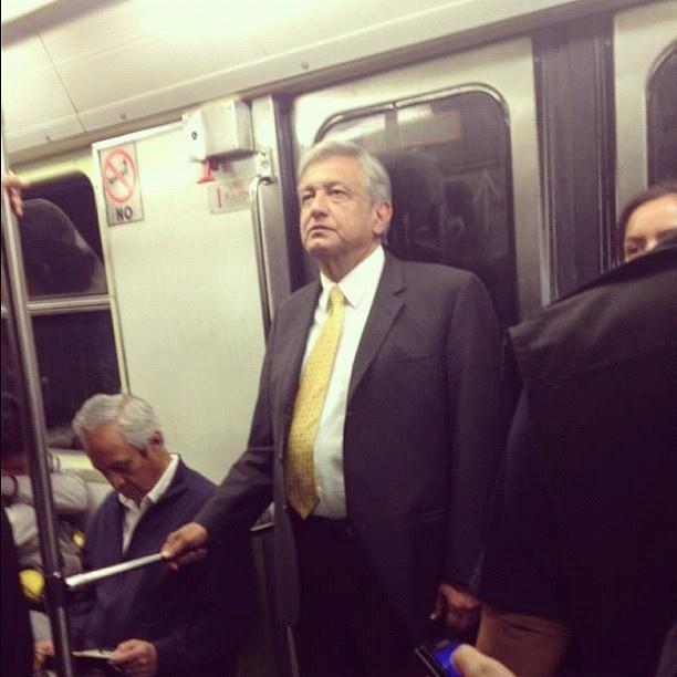 Se le hace tarde a AMLO... se va en Metro al aeropuerto. Foto: @fotoamlo