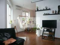 Na predaj priestranný 1 izbový byt s terasou, ul. Majerníková, Bratislava – Dlhé Diely, VOĽNÝ OD 1.1.2015 !! Podlahová plocha byt 45,13 m2 + terasa 7,5 m2 + pivničná kobka 2,25 m2. Byt sa nachádza v 7 ročnej novostavbe, kaskádovitého tvaru, na 1 podlaží od parku a parkovania, súčasne na -3 podlaží od hlavnej cesty. Dispozičné riešenie: vstupná hala, kúpeľňa s WC, kuchyňa prepojená s priestrannou izbou, interiérovo predelená na nočnú a dennú časť. Možnosť prerobiť na 2 izbový byt !