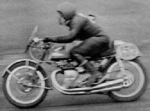 優勝の島崎貞夫 1959 第3回浅間火山レ-ス 「耐久レース」250cc