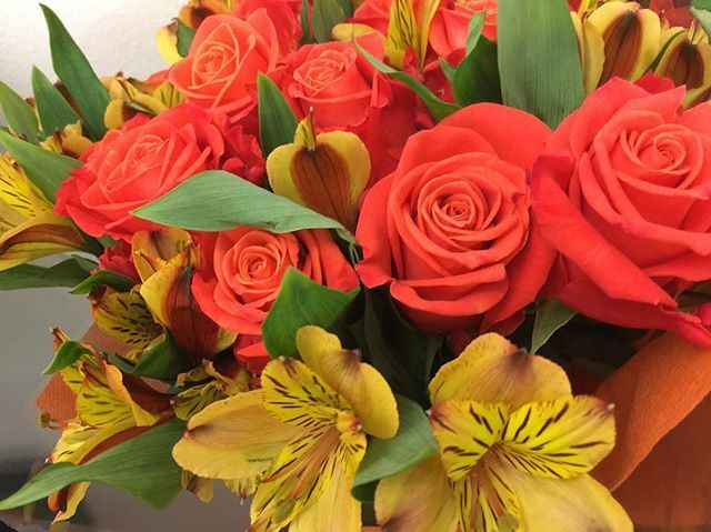 """Swooning over our ""Orange Crush"" #rose variety and #yellow #alstroemeria ""Cocktail""! We love how they compliment each other so well!"" by @goldenflowersmia. #bridalstyle #weddingfashion #weddingdream #weddingidea #bridalinspiration #bridalinspo #rusticwedding #невеста #prewedding #bridalgown #bridaldress #свадебноеплатье #vestidodenoiva #couture #gelinlik #gown #weddingtime #theknot #engagement #weddinghair #brides #stylemepretty #junebugweddings #weddingdesign #casamento #marriage #noiva…"