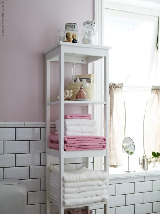 HEMNES hylla fylld av ÅFJÄRDEN vita handdukar och  FRÄJEN rosa handdukar.