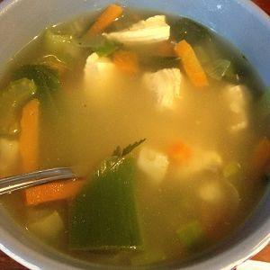 Recept voor een lekkere kippensoep met groente, heel makkelijk om zelf te maken. Lekker voor iedereen.