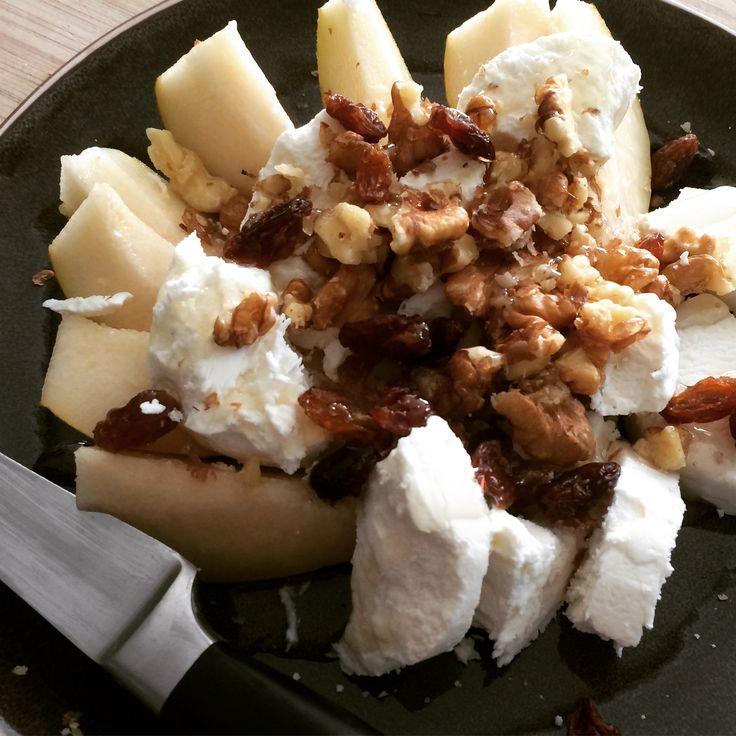 #powerlunch  Peer Zachte geitenkaas  Verkruimelde walnoten  Rozijnen  Honing